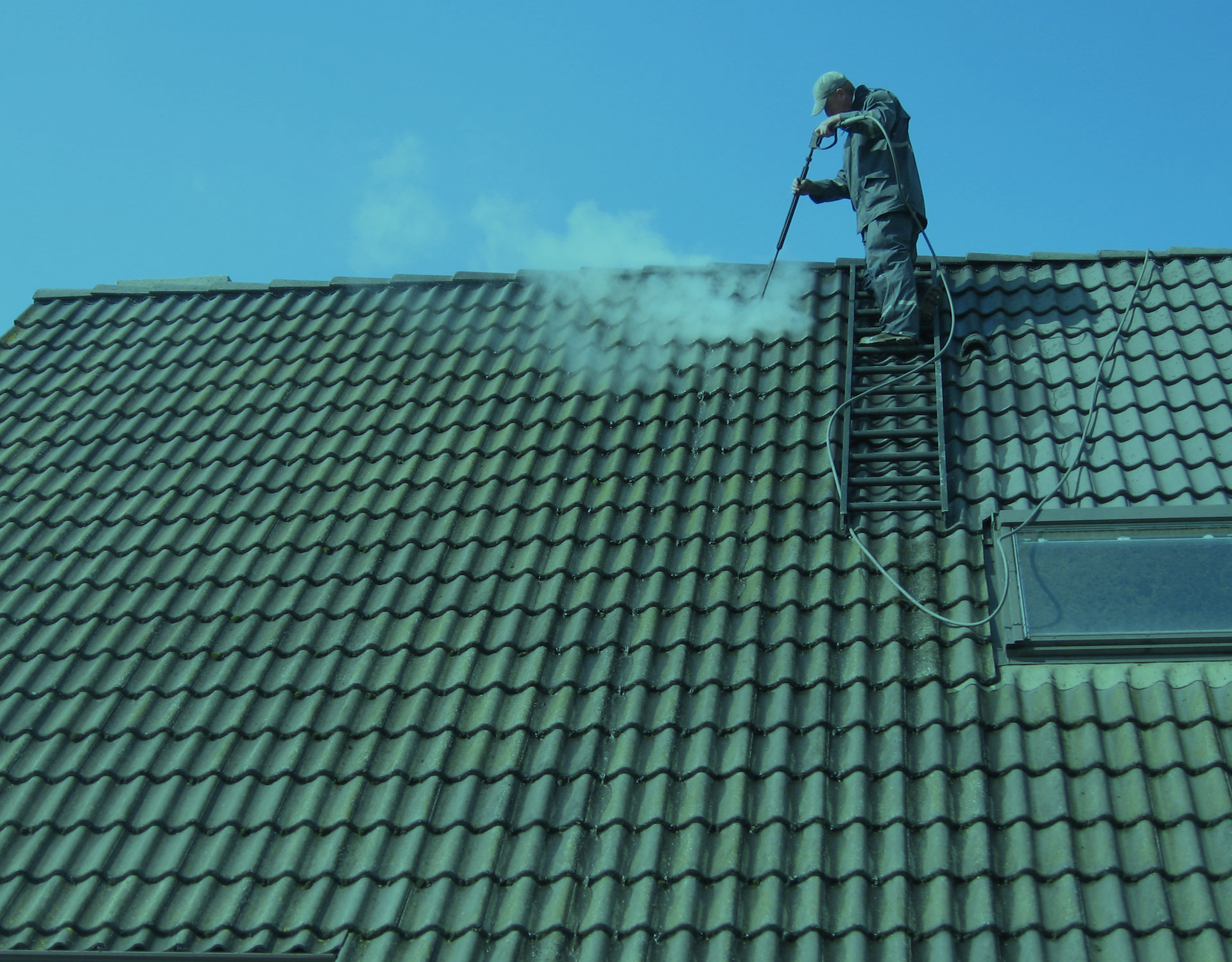 nettoyer ou d mousser votre toit mosmonster. Black Bedroom Furniture Sets. Home Design Ideas
